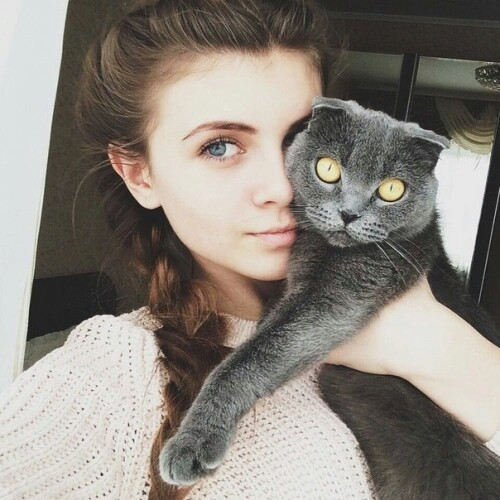 beautiful-girl-with-a-cat